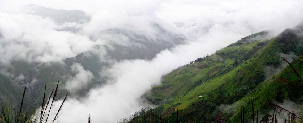 Das Wetter ist schlecht. Wir fahren viel durch Nebel und Wolken und sehen leider wenig von der schönen Landschaft.
