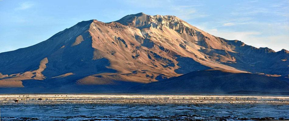 Die Berge im Hintergrund haben im Morgenlicht fantastische Strukturen.