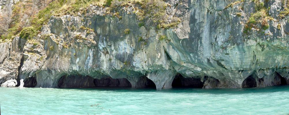 An der Unterkante eines Kaps sind viele der Höhlen.