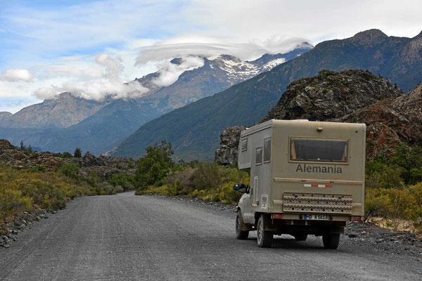 Wir nähern uns dem Nationalpark Laguna de Laja, die schneebedeckten Berge sind schon Teil des Parks.