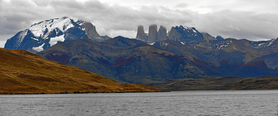 Die Laguna Azul mit den Torres im Hintergrund.
