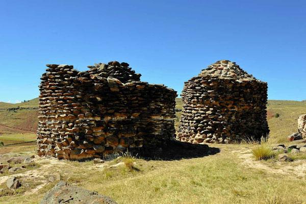 Die Begräbnis-Türme aus der Vorinca-Zeit sind wesentlich schlichter gemauert.