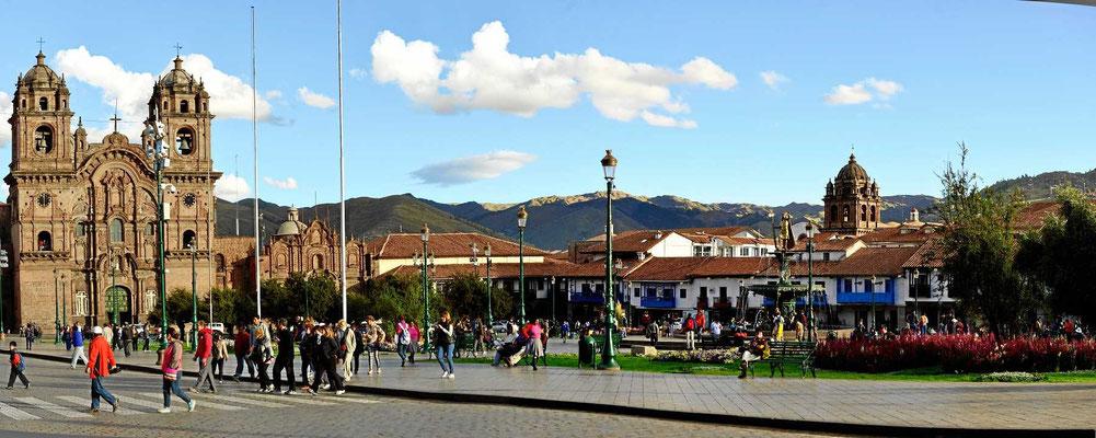 Und das ist die andere Seite des plaza de armas mit der Jesuitenkirche.