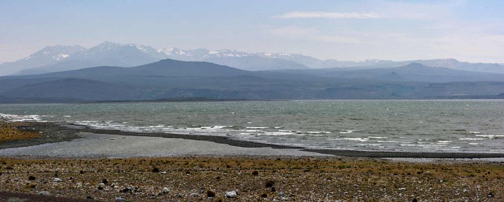 Der Wind orgelt und es istz äußerst ungemütlich an der Laguna Blanca. Vögel verdrücken sich lieber bei den Zuständen.