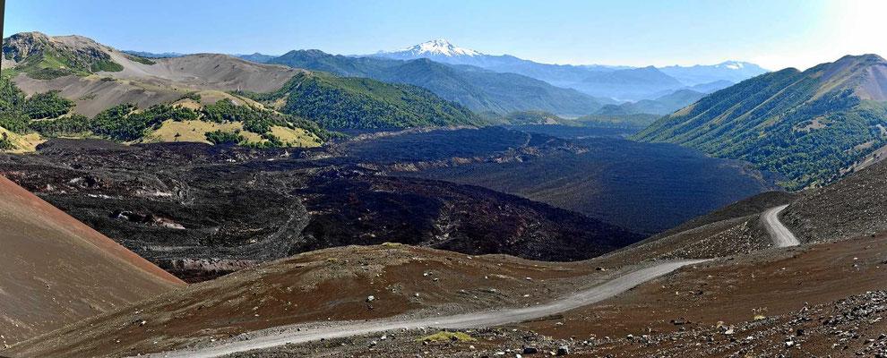 Wir fahren entlang des großen Lavaflusses aus dem Ausbruch 1988. Die Piste ist meistens einspurig und sehr staubig.