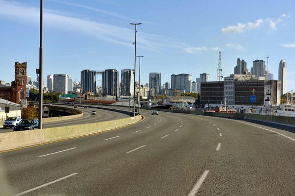 Auf einer absolut leeren Autobahn durch die Millionenstadt, die Argentinier gehen spät zu Bett und stehen am Sonntag entsprechend spät auf.
