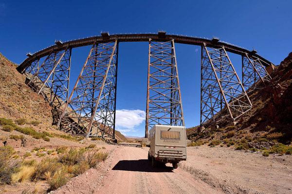"""Der Eisenbahn-Viadukt La Polvorilla auf 4200 m Höhe der """"Eisenbahn über den Wolken"""". Früher konnte man weiter fahren bis Iquique in Chile, heute endet die Bahn hier."""