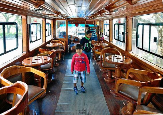 Im Doppeldecker-Ausflugsbus geht es durch Cuenca. Das Innere des Busses ist wunderschön - wo sieht man schon solche herrlichen Holztische und Stühle in einem Bus.