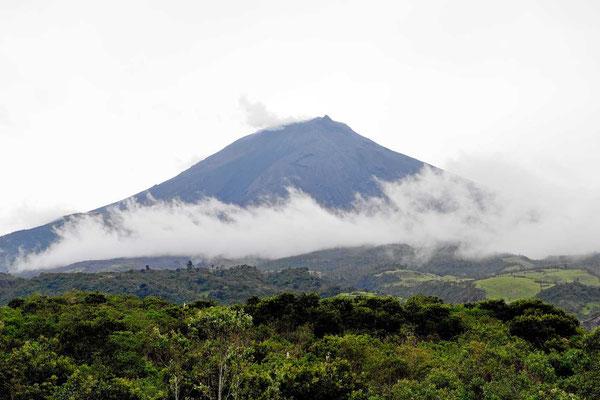 """Der Vulkan Tungurahua, einer der aktiven Vulkane von Ecuador. Der Rauch oben ist """"echter rauch"""" und keine Wolken."""