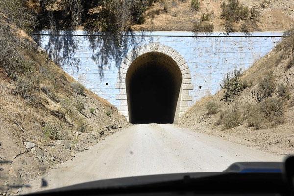 Mehrmals geht es durch ehemalige Eisenbahntunnels. Hier darf keine entgegenkommen.
