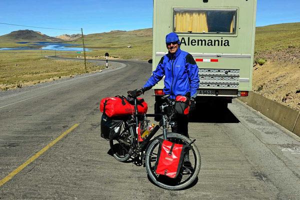 Fahrradfahrer unterwegs, erst einer.