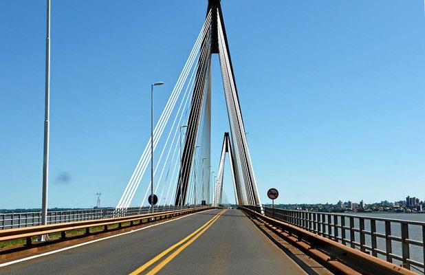 Eine eindrucksvolle Schrägseilbrücke bringt uns nach Argentinien.
