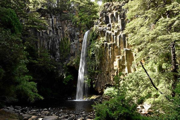 Ein kleiner Wasserfall am Wegesrand.