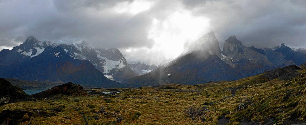 Wanderung zum Mirador am Lago Nordenskjold. Die Torres im Gegenlicht.