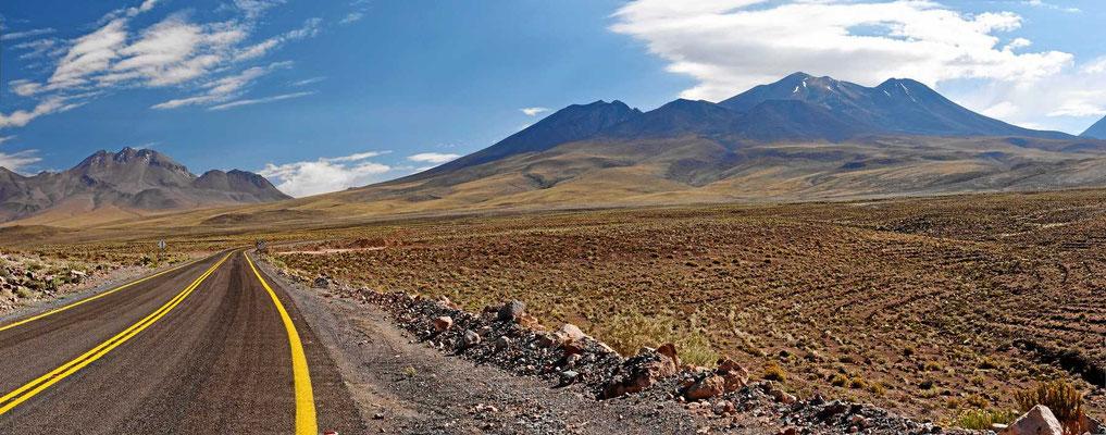 Die Fahrt zu den beiden Lagunen geht durch eine farbenprächtige Wüste.