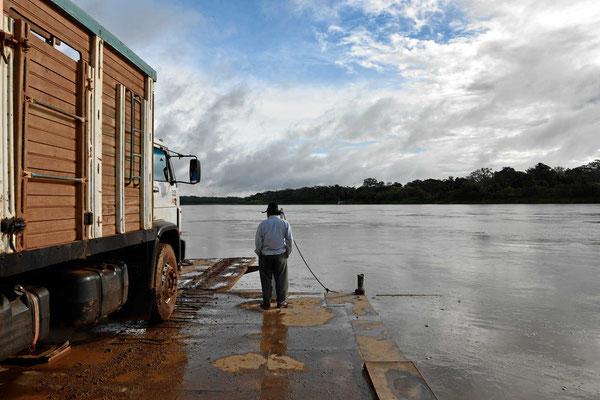 Überfahrt auf einer Pontonfähre über den Rio Beni.