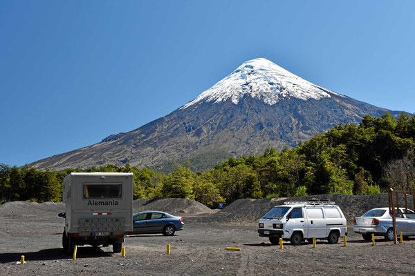 Unser Pausenplatz am See Todos Los Santos, nach hinten hin ein toller Blick auf den Vulkan Osorno.