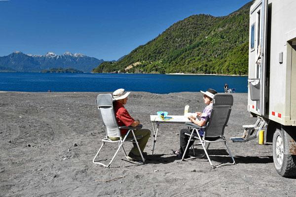 Bei so schöner Umgebung muss man Tisch und Stühle rausholen und die Sonne genießen.