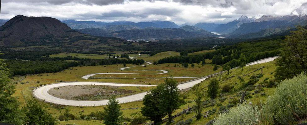 Die STraße windet sich in das Tal des Rio Ibanez.