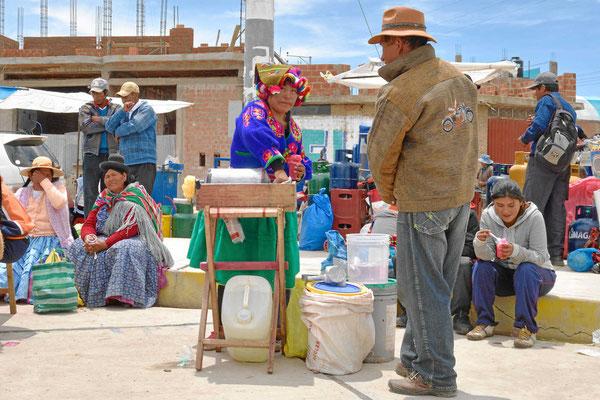 Markt am Titicacasee. ´Wassereisverkäuferin mit tollem Hut.