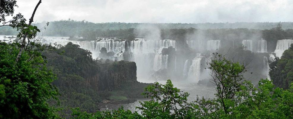 Der Besuch der brasilianischen Seite der Iguacu-Fälle wird ein totaler Regenbesuch.