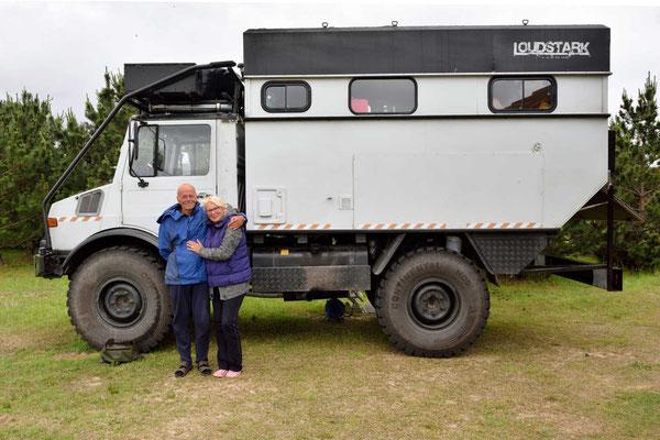 Uwe und Renate mit ihrem Unimog.