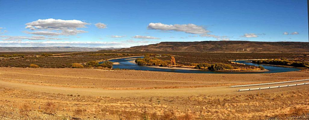 Es ist eine Halbwüste, Flüsse gibt es nur wenige.