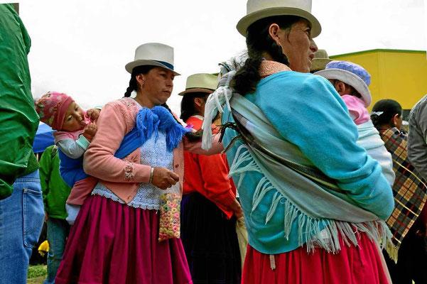 Die Indiofrauen tragen den ganzen Tag über ihre Kids auf dem Rück spazieren.