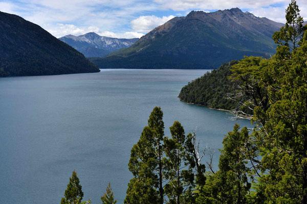 Blick auf den Lago Mascardi von einme Mirador entlang des Weges zum donnernden Berg.