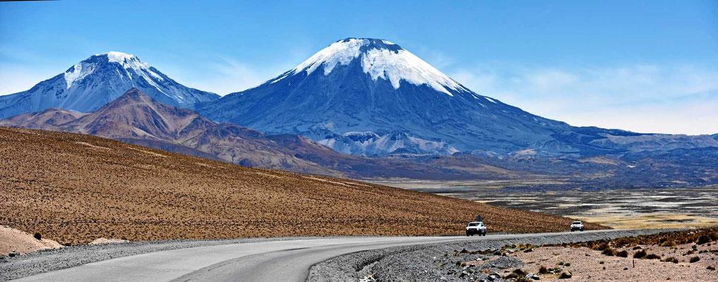 Die Zwillingsvulkane Paricanota und Pomerape an der bolivianischen Grenze.