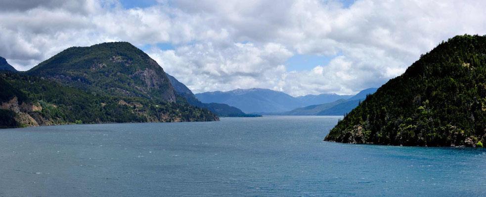 Und liegt am Lago Lacar, ein traumhafter See.
