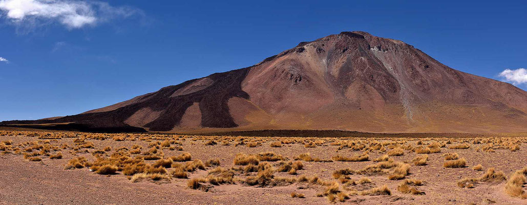 Ein Vulkan mit frischem Auswurf.