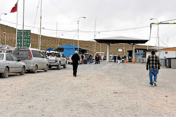 Marion stiefelt zur chilenischen Grenze. Als ich sehe, wie die Chilenen die Autos untersuchen, krame ich alle verfsteckten Vorräte hervor, ich will keine viele 1000  Strafe zahlen.