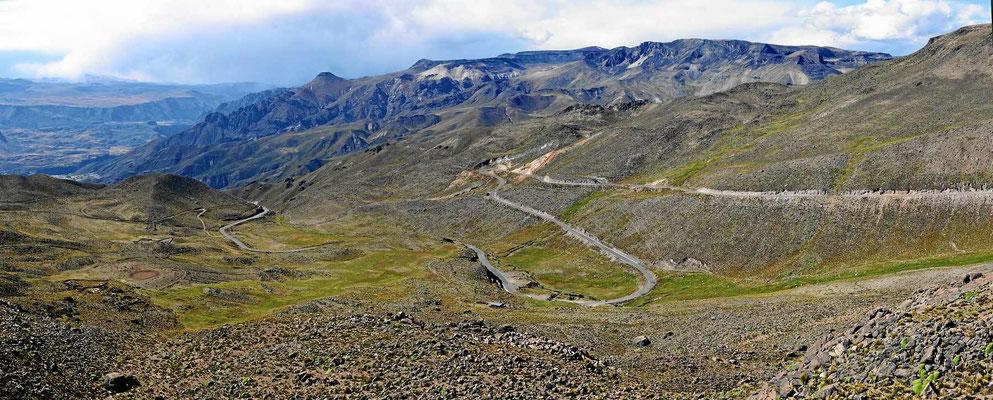 In vielen Serpentinen geht es hinab ins Tal des Colcas.