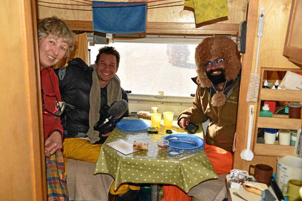 Es bläst draußen und es ist lausekalt, so laden wir die beiden zu einem heißen Tee ins Womo ein.