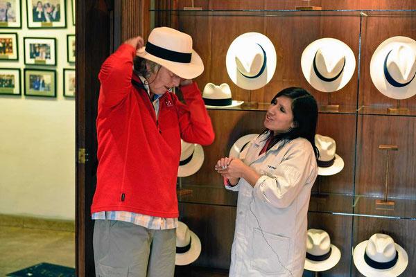 """Marion probiert diverse """"Panamahüte"""", ehe sie sich für einen entscheidet."""
