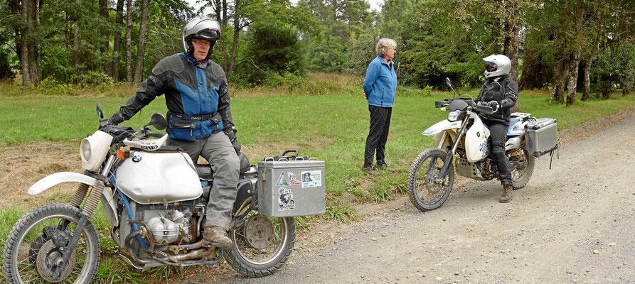 Ein Motorradpärchen aus Deutschland. Seine BMW ist Baujahr 1988.
