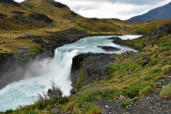 Wanderung zum Mirador am Lago Nordenskjold. Wasserfall am Rio Paine.