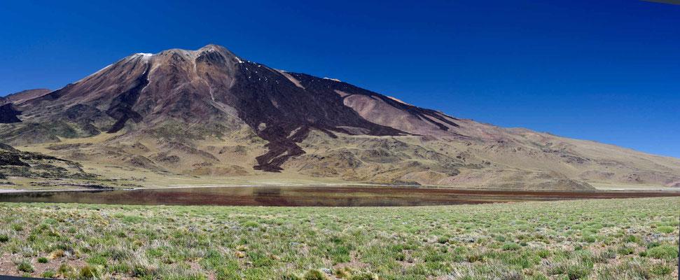 Der Vulkan mit der Laguna Tromen davor.