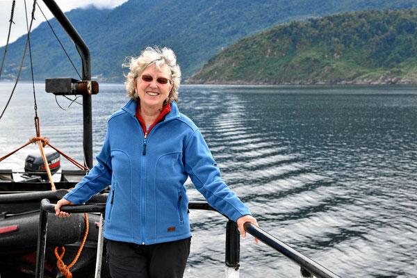 Marion genießt die Landschaft - und die Seelöwen im Wasser.