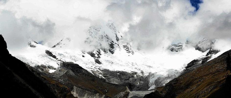 Um uns herum die Gletscherberge der Cordilliera Blanca.