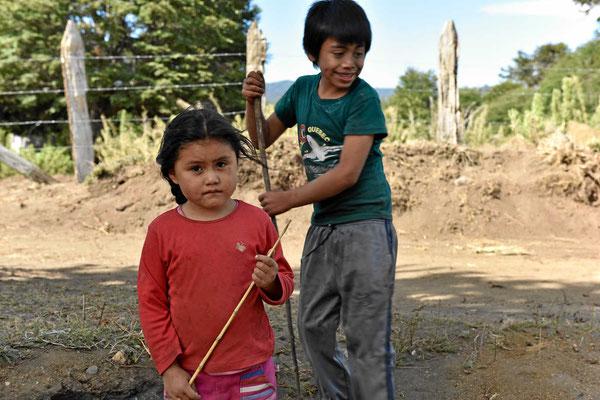 Maputekinder am Wegesrand. Von den Eltern erstehen wir Araukariensamen.