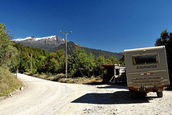 Unser Womo vor dem Doppelvulkan Choshuenco und Mocho.