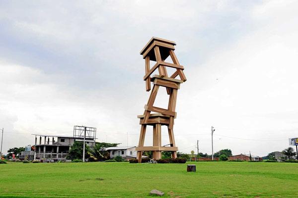 """In dem Örtchen werden Stühle hergestellt. Die Ecuadorianer lieben solcher """"Denkmäler""""."""