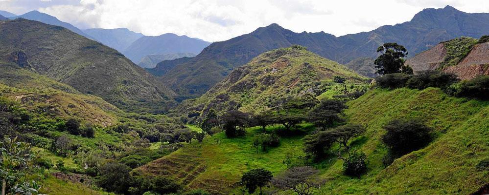 Endlich mal bewaldete Gegend, und fast ohne jede Siedlung. Das südliche zentrale Bergland gefällt uns am besten.