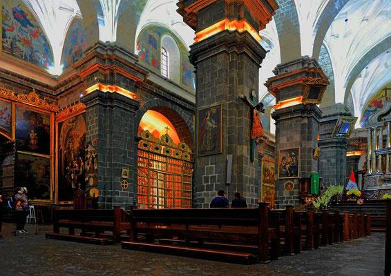 """Das Innere der Kathedrale von Cusco. Leider ist das fotografieren verboten, ich muss aus der Hüfte """"schießen""""."""