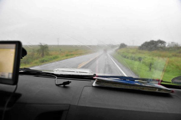 Wir fahren insgesamt 24 h durch ein Gewitter, 600 km Blitz und Donner und Regen.