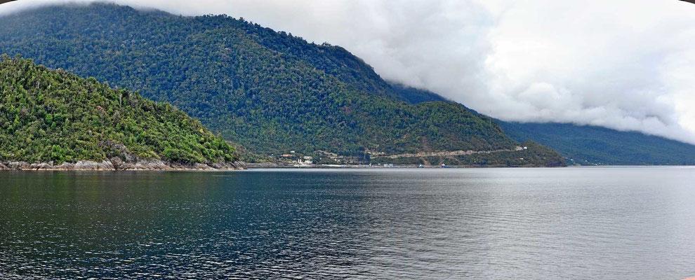 Fahrt entlang einer schönen Fjordküste.
