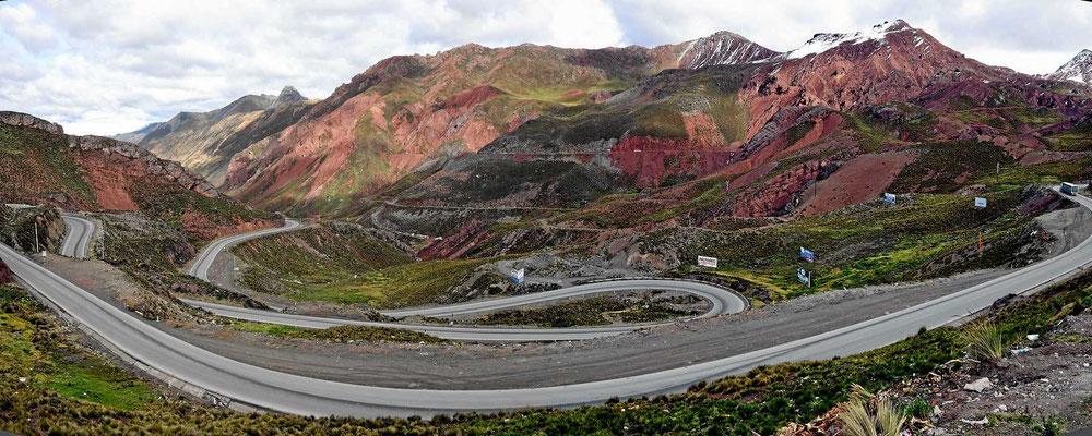 In endlosen Kehren zunächst durch ein weites Tal, das dann aber richtig eng wird.