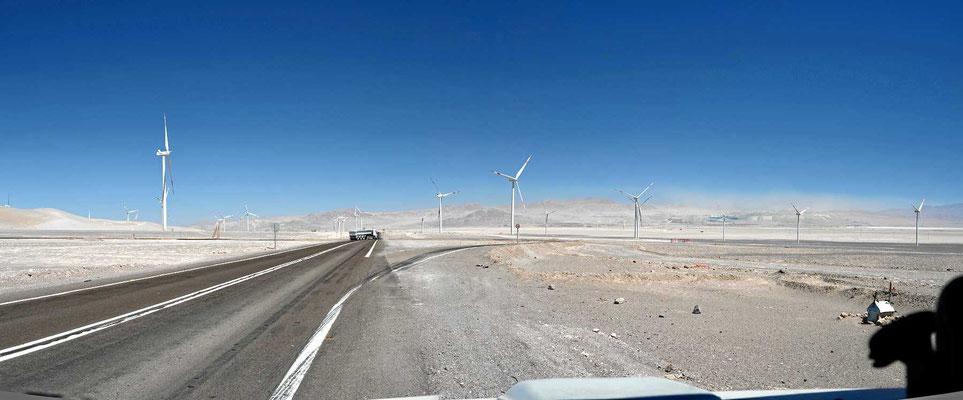 Chile ist das erste Land in Südamerika, wo wir immer wieder regenerative Energieerzeugung sehen, hier Windräder.
